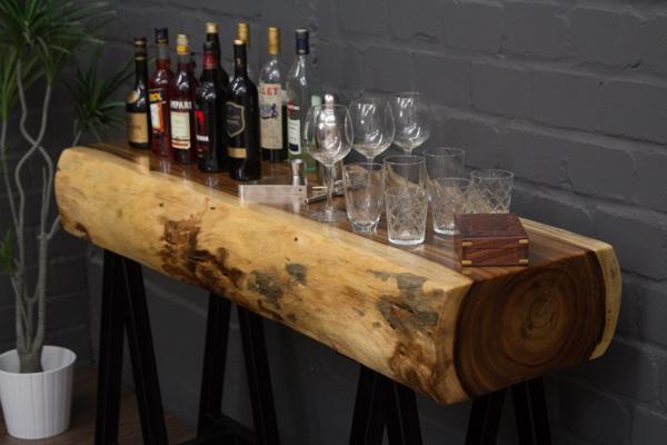 Baumstamm Konsolentisch aus Suar Holz mit Metallbeinen. Nr.16799